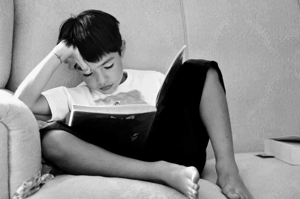 Foto en blanco y negro de Niño leyendo