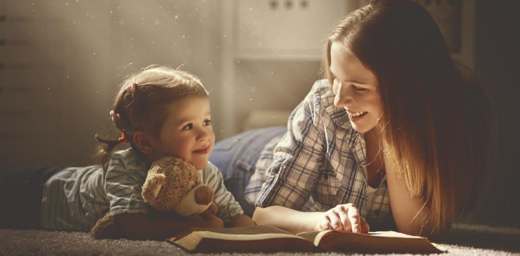 errores al fomentar la lectura en niños, mamá e hija leyendo