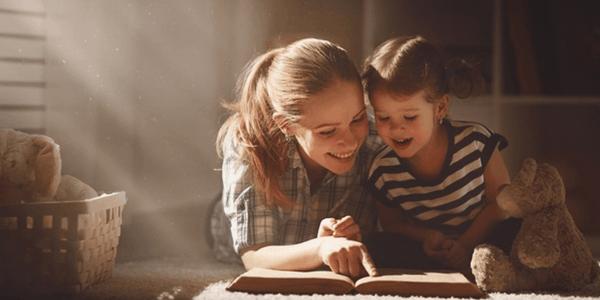 mamá e  hija leyendo, errores al tratar de fomentar la lectura en niños