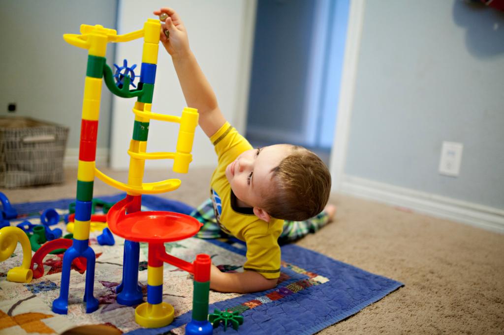 niños jugando niño aburrido juegos en casa ¿Cómo ayudo a mi hijo con su aburrimiento?