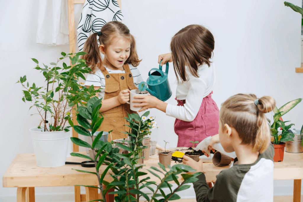 niños cuidando el agua, regando plantas